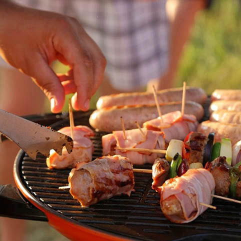 Гриль на пикнике – вкусное угощение на столе